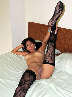 mature moms puristic stripping