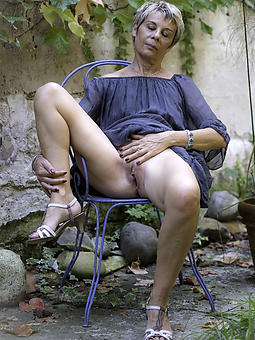 mature wife outdoors free bare-ass pics