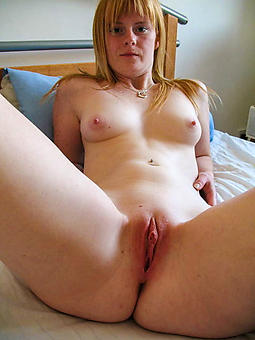 luring lassie pussy naked
